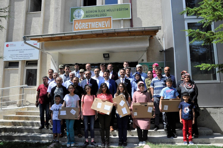 OSMAN BOYRAZ'DAN 17 ÖĞRENCİYE LAPTOP HEDİYESİ
