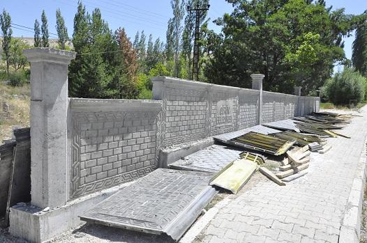 HACILAR MAHALLE MEZARLIĞI PERDE BETONLARLA ÇEVRİLDİ