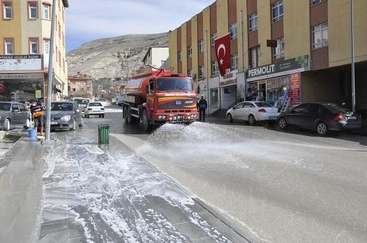 CADDE VE KALDIRIMLAR DEZENFEKTE EDİLİYOR